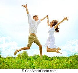 famille, couple, champ, sauter, vert, outdoor., heureux