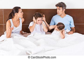 famille, couple, lit, parents, enfants, conflit