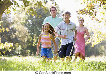 famille, courant, dehors, sourire
