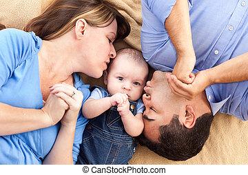 famille, couverture, race mélangée, bébé, jouer