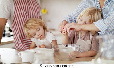 famille, cuisine, petit, jeunes enfants, cooking., deux, intérieur