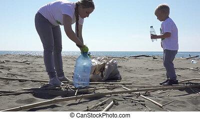 famille, déchets ménagers, haut, plage, sélectionne, sacs
