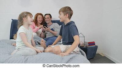 famille, dépenser, temps, lit, parents, ensemble, chambre à coucher, maison, enfants, heureux