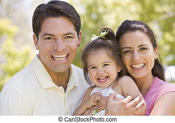 famille, debout, dehors, sourire