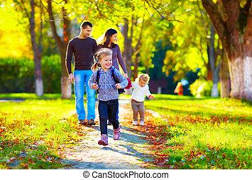 famille, elle, parc, jeune, automne, courant, fond, girl, heureux