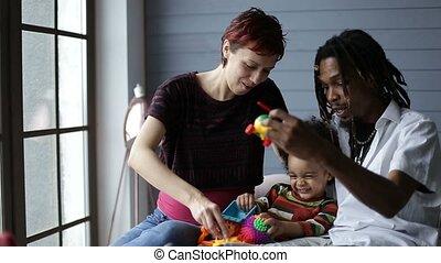 famille, ensemble, interracial, temps, sourire, apprécier