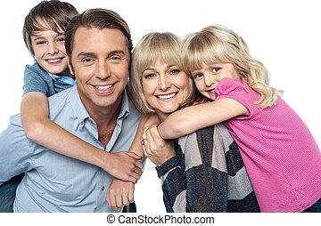 famille, ensemble, quatre, poser, membres, heureux