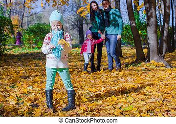 famille, ensoleillé, parc, automne, jour chaud