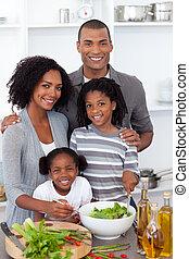famille, ethnique, ensemble, salade, préparer