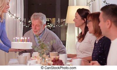 famille, fêtede l'anniversaire, maison, avoir, heureux