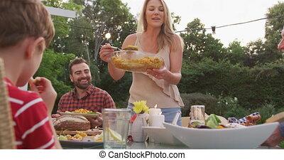 famille, femme, membres, dehors, jeune, nourriture servant