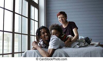 famille, fils, chambre à coucher, mélangé, jouer, heureux
