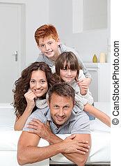 famille, gens, sofa, pose, 4, maison, heureux