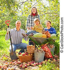 famille heureuse, à, légumes, récolte