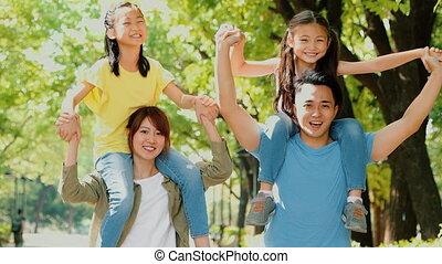 famille heureuse, amusement dehors, jeune, avoir