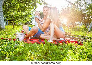 famille heureuse, apprécier, a, pique-nique, dehors