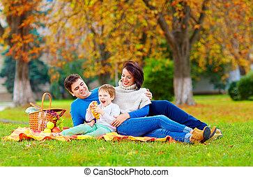 famille heureuse, apprécier, automne, pique-nique