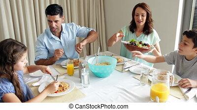 famille heureuse, avoir, a, spaghetti, dîner