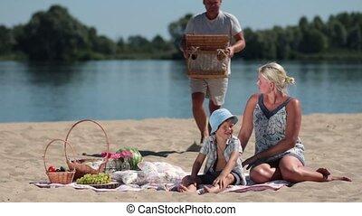 famille heureuse, avoir pique-nique, plage