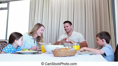 famille heureuse, bavarder, dîner