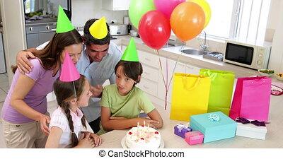 famille heureuse, célébrer, a, anniversaire
