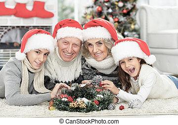 famille heureuse, chapeaux, santa, plancher