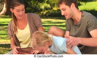 famille heureuse, commencer, a, pique-nique
