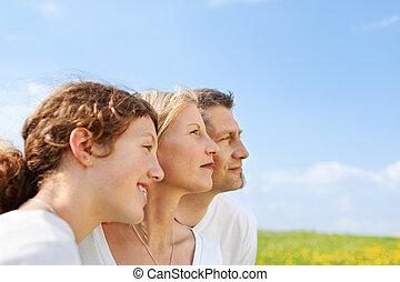 famille heureuse, contre, ciel bleu