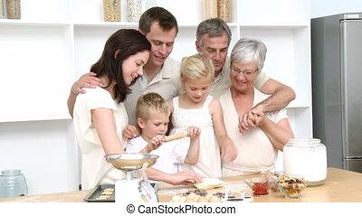 famille heureuse, cuisant four gâteaux