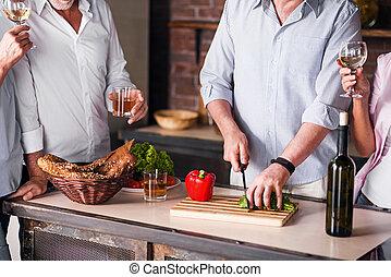 famille heureuse, cuisine, ensemble, dans, cuisine, pendant, réunion