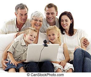 famille heureuse, dans, a, vidéoconférence