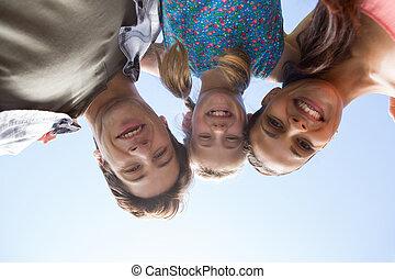 famille heureuse, dans parc, ensemble