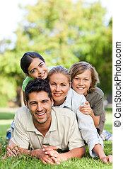 famille heureuse, dans parc