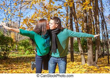 famille heureuse, de, deux, dans, automne, parc, sur, jour ensoleillé