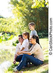 famille heureuse, de, quatre, par, les, étang