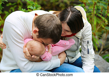 famille heureuse, ensemble, dans, les, garden.