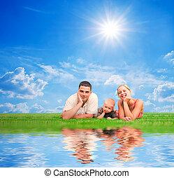 famille heureuse, ensemble, sur, herbe