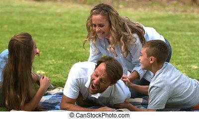 famille heureuse, jouer ensemble, dans, a