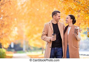 famille heureuse, marche, dans, automne, parc, sur, ensoleillé, diminuez jour