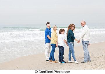 famille heureuse, marcher plage