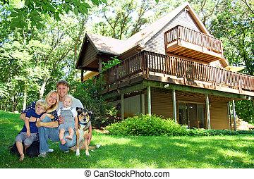 famille heureuse, par, maison dans, bois