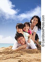 famille heureuse, plage
