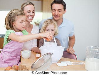 famille heureuse, préparer, pâte, ensemble