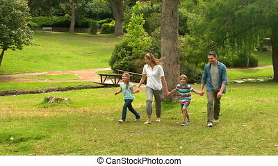 famille heureuse, sauter, dans parc