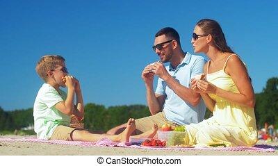 famille, heureux, été, avoir pique-nique, plage