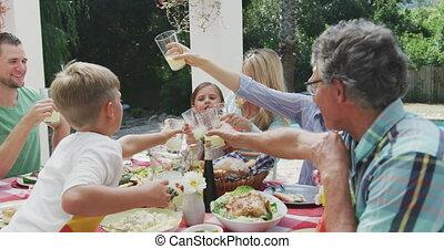 famille, heureux, ensemble, manger, table