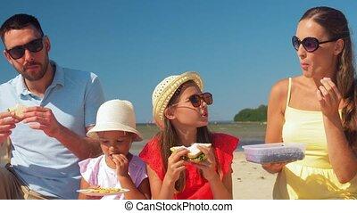 famille, heureux, pique-nique, plage, été, avoir