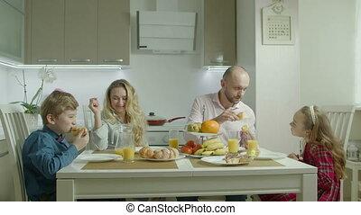 famille, insouciant, amusement, pendant, petit déjeuner, avoir