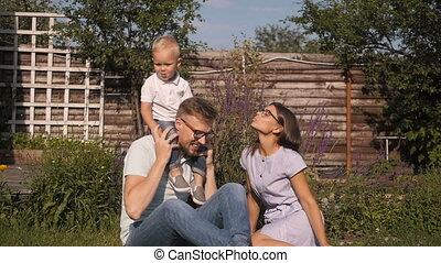 famille, jeune, amusement, outdoors., avoir, heureux
