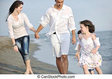 famille, jeune, amusez-vous, plage, heureux